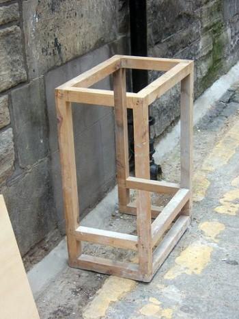 Holzkiste mit unmöglicher Perspektive
