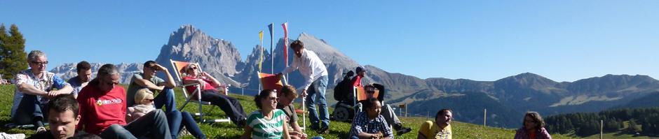 Session im Freien beim Almcamp 2011 mit Bergen