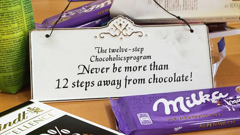 Das 12 Schritte Schokoladenprogramm besagt, dass du niemals weiter als 12 Schritte von Schokolade sein solltest.