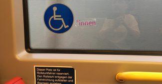"""Pickerl """"Rollstuhlfahrer*innen"""" in einem U-Bahn Zug der U2."""