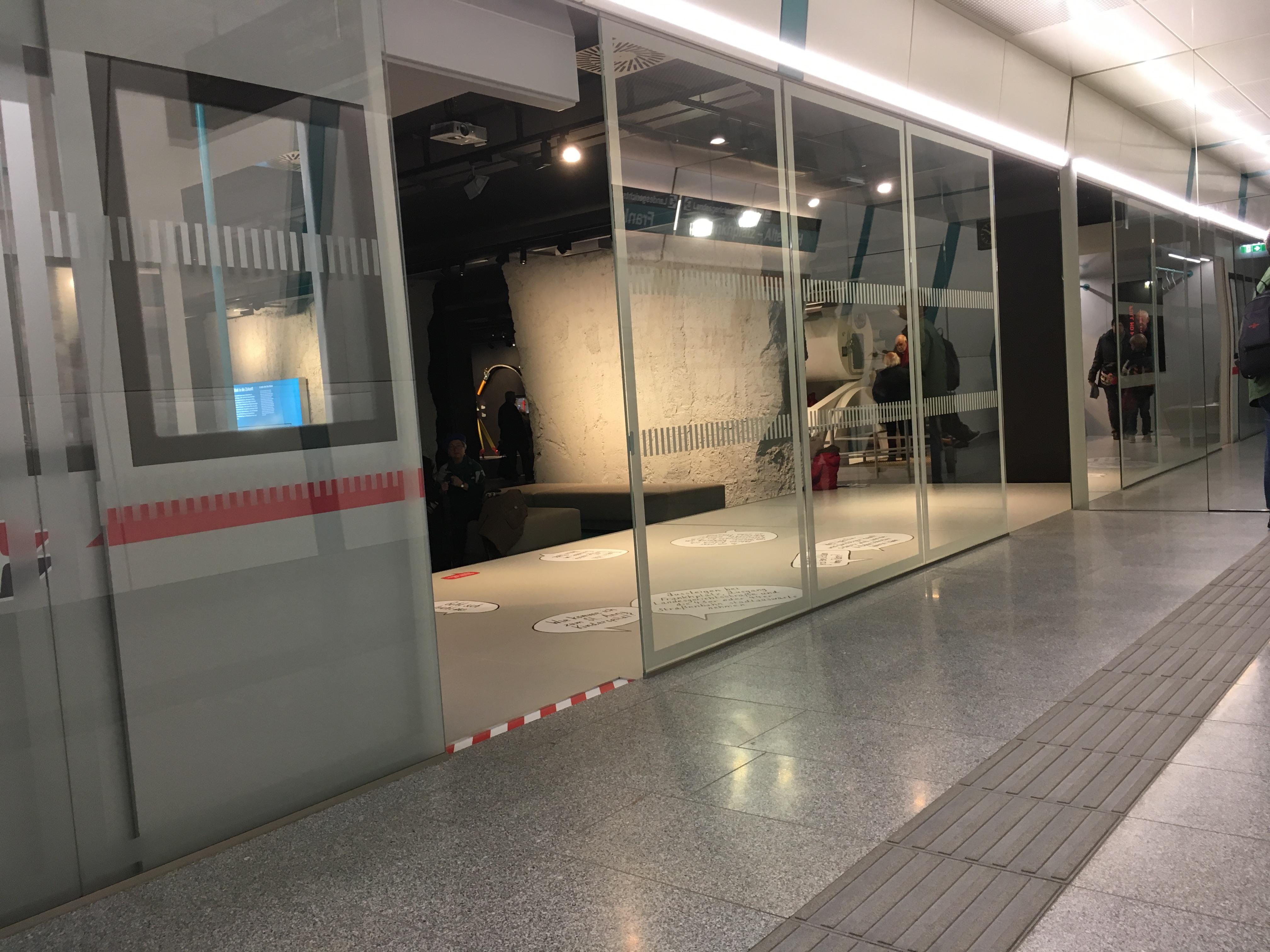 Infocenter U2/U5 mit Bahnsteinnachbau