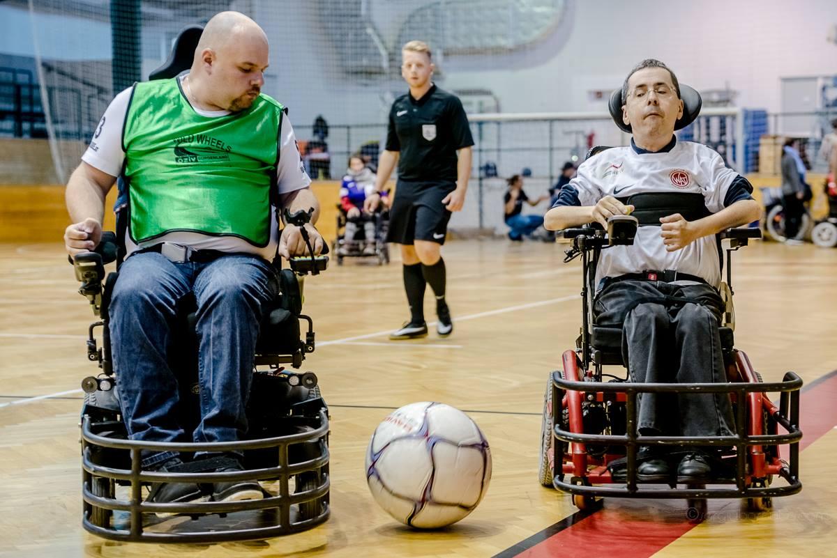 Zweikampf im E-Rolli Fußball / Sergiu Borcuta