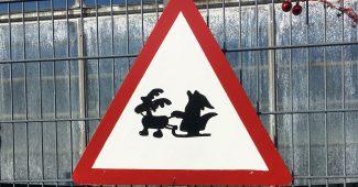 Achtung-Verkehrsschild mit Rentier und Weihnachtsmann