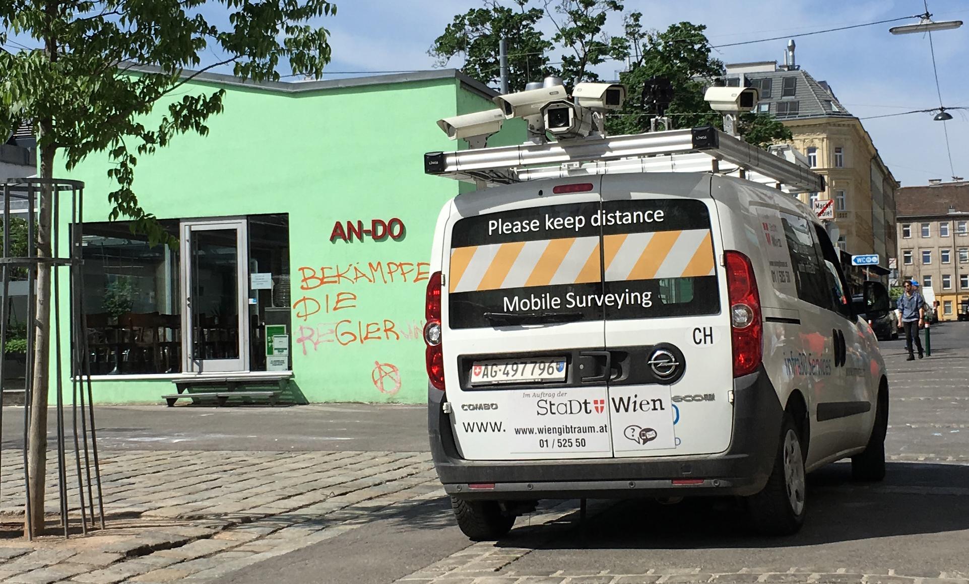 Überwachungskamera und an der Hausmauer der Schriftzug: Bekämpfe die Regierung