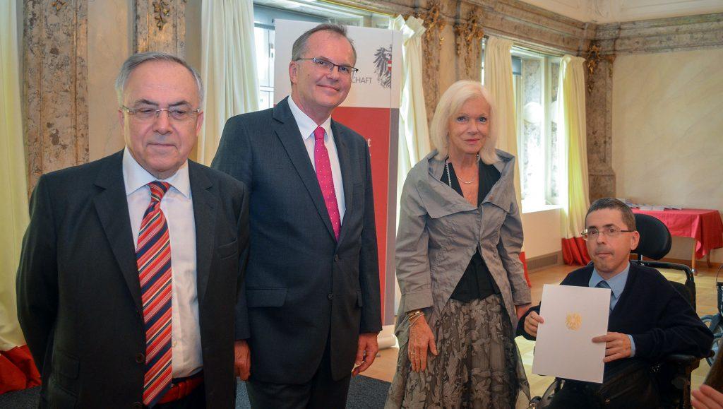 Dekretverleihung (Menschenrechtsbeirat) durch Volksanwälte an Martin Ladstätter