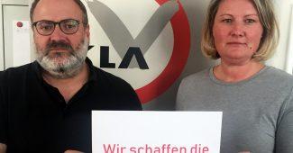 Dieter Schindlauer und Andrea Ludwig vom Klagsverband halten Schild: Wir schaffen die 20.000 Euro
