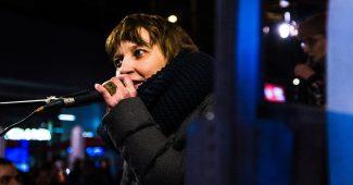 Elisabeth Löffler spricht bei Donnerstagsdemo / Foto: Jakob Alexander