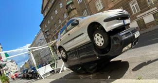 2 Autos zusammengeschraubt / Kunstwerk von Alfredo Barsuglia