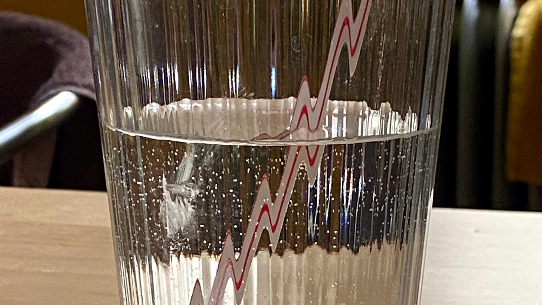 Lichtbrechung lässt einen Strohhalm in einem Glas eckig aussehen